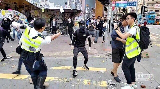 پلیس هنگ کنگ به معترضان شلیک کرد